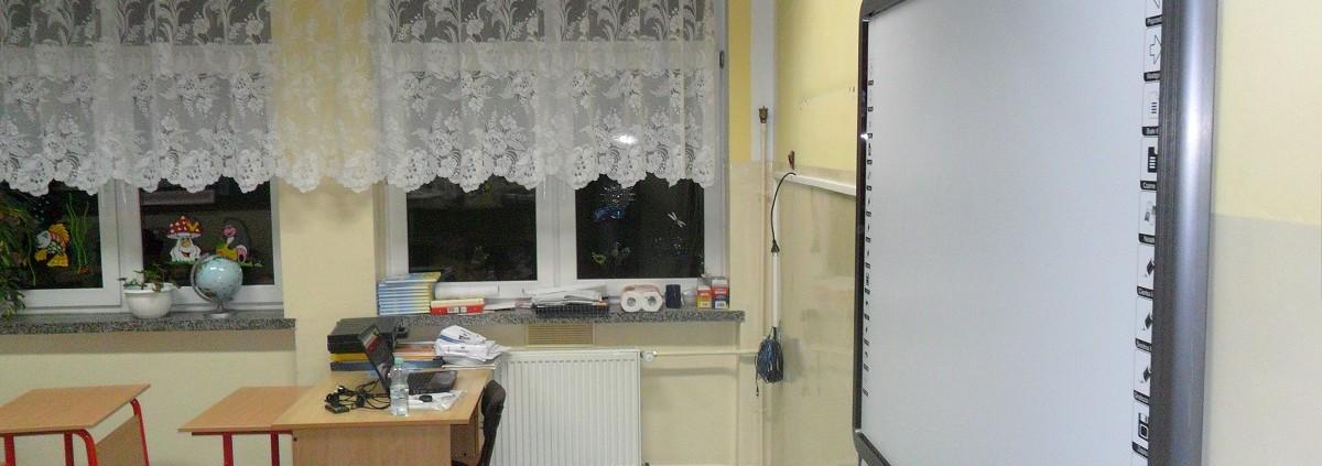 tablica dotykowa eboard z projektorem na ścianie