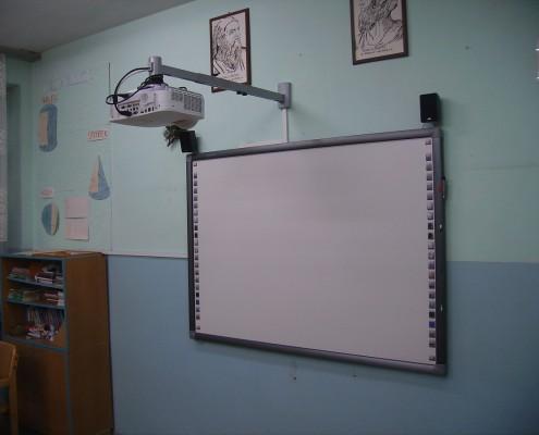 Projektor zamontowany nad tablicą w klasie
