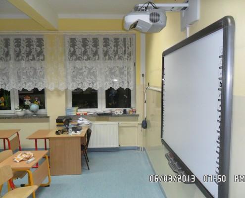 zdjęcie pokazuje tablicę interaktywną z projektorem eb 470