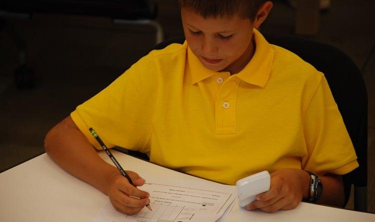 uczeń rozwiązuje test pilotem