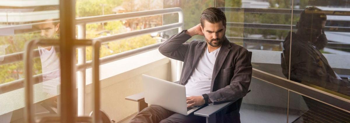 mezczyzna uczy się za pomocą laptopa