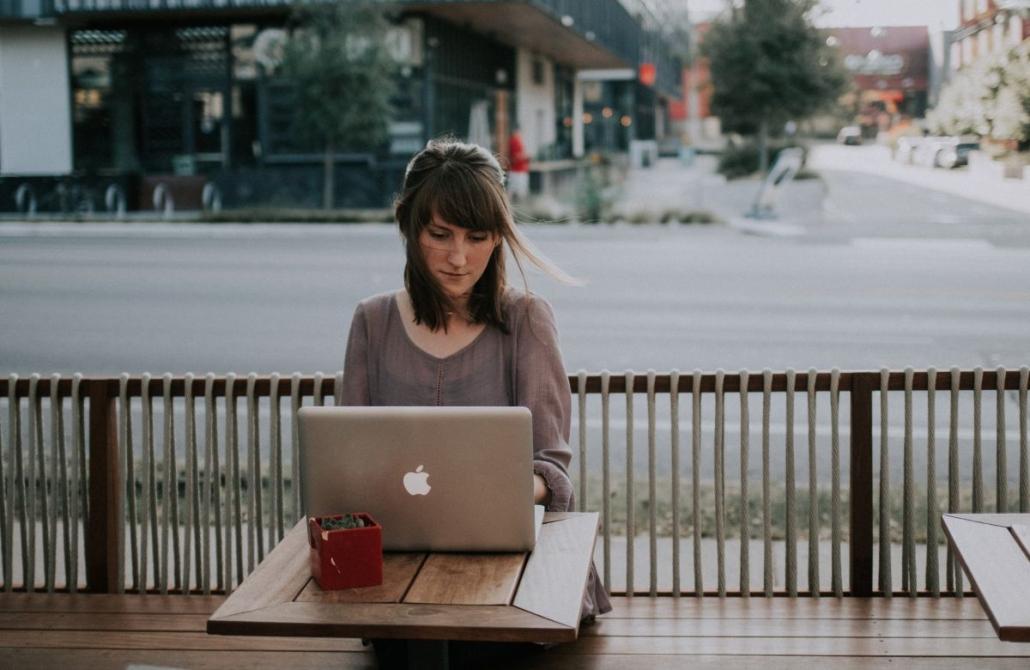 kobieta uczy się przy laptopie