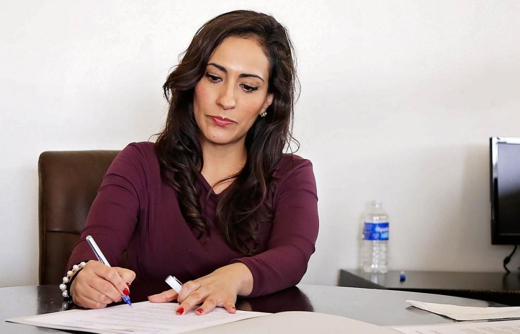 kobieta korzysta z platformy e-learningowej